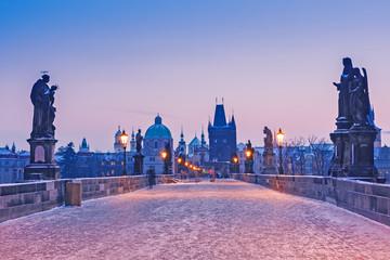 Fototapeta stary most Praga o wschodzie słońca zimą