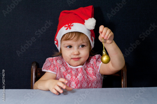 Poster Девочка держит шарик