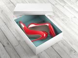Scarpe col tacco rosse in un scatola