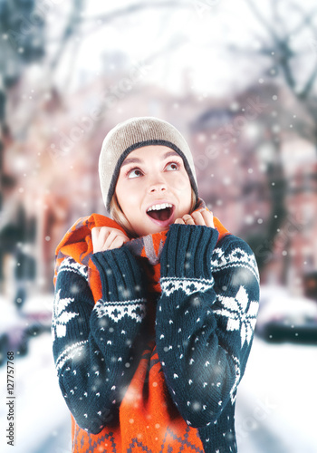 Poster Donna con maglione e cappello felice e nevica