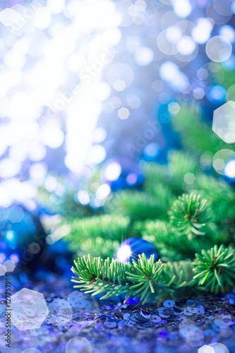 Billede Blue Christmas bauble with pine on a sparkling background