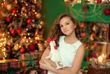 Девочка возле елки празднует новый год