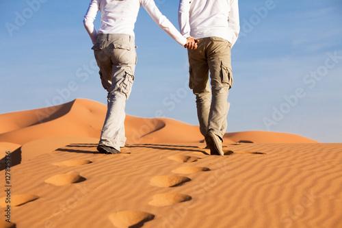 Poster couple qui marche dans le désert