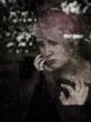 Frau schaut am  Fenster bei Regen