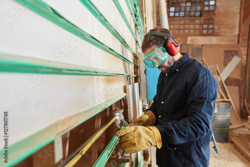Schreiner sägt mit vertikaler Plattensäge