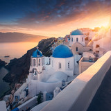 Amazing sunset view with white houses in Oia village on Santorini island in Greece. - 127871512
