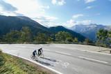 Ciclista en los Alpes  - 127927338