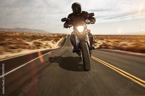 Foto op Plexiglas Route 66 Motorrad fährt durch die Wüste