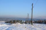 Линия электропередач за городом на краю поля