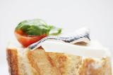Tapa de queso con tomate y boqueron