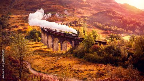lokomotywa-parowa-przejezdza-przez-wiadukt-glenfiann