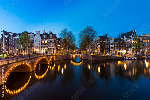 Poster Night city view in Amsterdam, Netherlands. Canal and typical dut