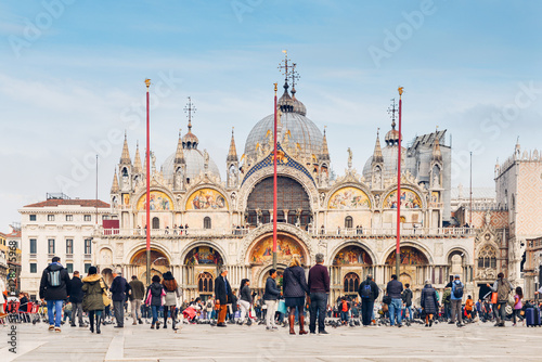 Papiers peints Venise Tourists in Piazza San Marco in front of the basilica, Venice, Italy