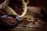 Frisch gemahlener Kaffee und geröstet - 128282531