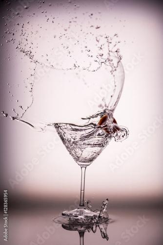 piekny-wodny-plusniecie-w-martini-szkle-od-che