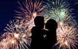 Fototapety küssendes Liebespaar vor einem prachtvollen Feuerwerk bei Nacht