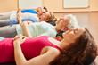 Quadro Gruppe mit Seniorin bei Atemübung
