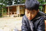 キャンプ場の少年 笑顔 フード BBQ 屋外 小学生