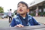 少年 アジア人 6歳 屋外 テーブル 座る ピクニック