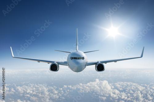 samolot-ponad-chmurami,-widok-z-przodu,-plakat