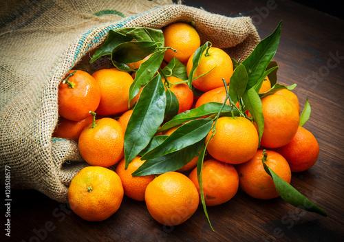 mandarini freschi dentro a sacco - 128508577