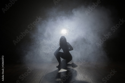 Poster Dancer in the dark and smoke
