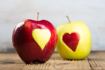 zwei äpfel mit herzen