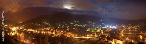 Górskie miasto nocą
