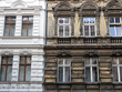 Leinwanddruck Bild - Berlin: Sanierter neben unsaniertem Altbau