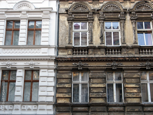 Fotobehang Berlijn Berlin: Sanierter neben unsaniertem Altbau