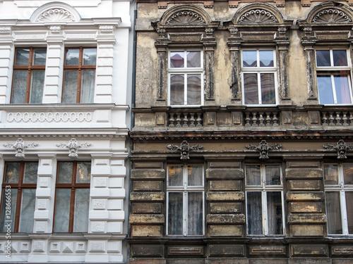 Berlin: Sanierter neben unsaniertem Altbau Poster