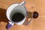 カフェ ポッドに入ったコーヒー豆とスプーン