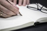 Schreiben in Notizbuch - 128895706