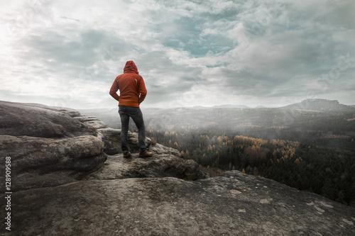 Fotobehang Bergen Wanderer auf einem Berg