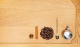 Набор для кофе на деревянном фоне