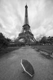 Francia, parco di Parigi vicino alla Tour Eiffel sotto la pioggia con un ombrello in primo piano