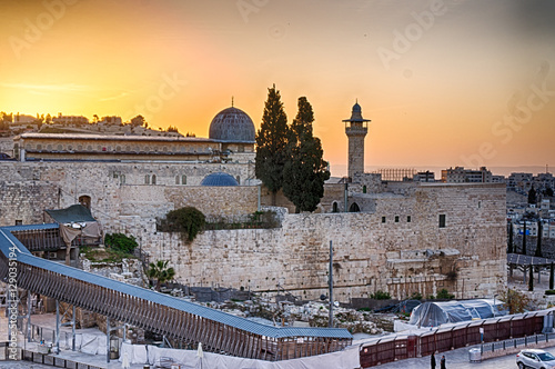 Fotografiet Sun about to rise over the southern temple mount and the Al Aqsa Mosque in the o