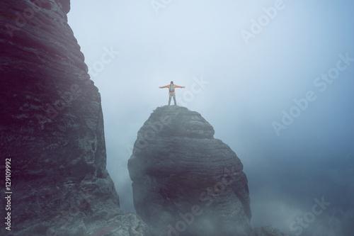 Wanderer bei Mystischer Stimmung auf einem Berg