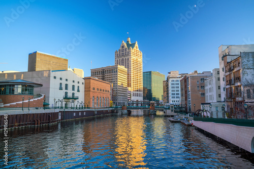 Papiers peints Lavende Downtown skyline with Buildings along the Milwaukee River