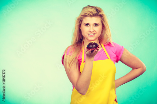 Poster Cute blonde woman about to eat cupcake