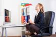 femme qui médite assise au travail