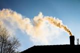 dym z komina - ogrzewanie domu zimą - 129290191