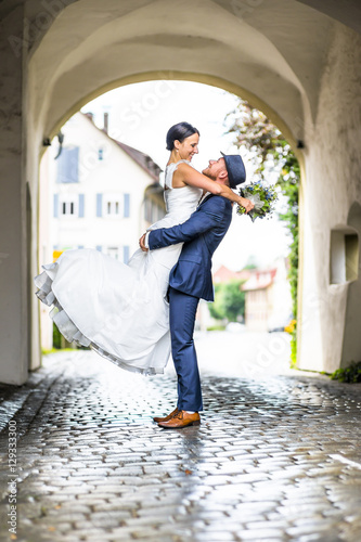 Brautpaar - Hochzeit - Mann hält Frau hoch Poster