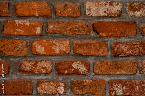 In de dag Old bricklaying. Red brick with separated salts.