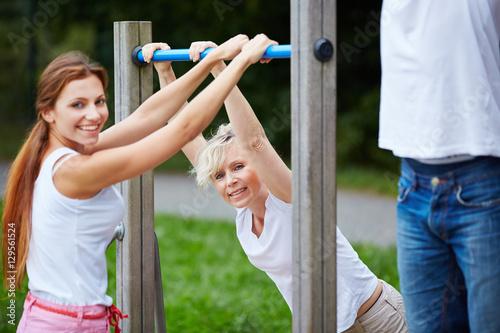 Frauen machen Fitnesstraining in der Natur