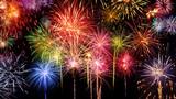 Knalliges Feuerwerk mit Feierstimmung, lebhafte Farben auf schwarzem Hintergrund