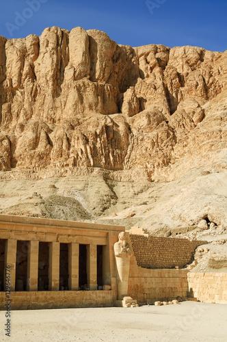 Poster Egypte Hatchepsut Temple in Luxor near Nile river. Egypt
