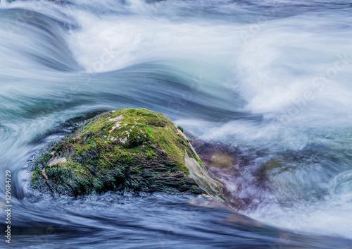 Bach mit fliessendem, klarem Wasser - 129684729