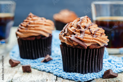 Poster chocolate cupcakes with chocolate cream cheese frosting
