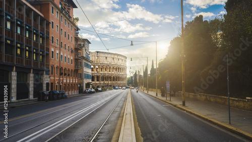 Coliseo romano con las calles desiertas